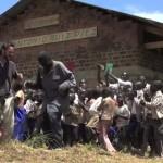 José bailando con los estudiantes y los profesores en RDC, África