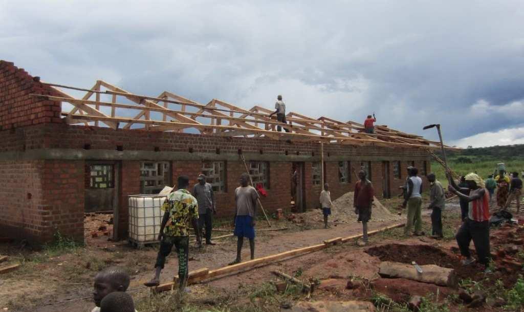 ¡La estructura de la escuela en el Congo va avanzando!