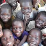 Sonrientes y felices con su escuela